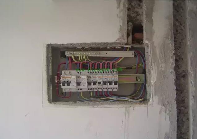 家庭装修的时候,电路布线和水路布线是非常重要的,因为它们都是一些隐蔽的工程。家装电路布线的线路有很多,有电话线、网络线、电线等等,不同种类的电线它的布置方法、位置等都是不同的,所以我们在家装电路布线的时候,要根据实际的情况来布置线路。在选择线路的时候,我们要选择质量比较好的,因为质量比较好的线路它的使用寿命比较长,而且使用起来比较放心。